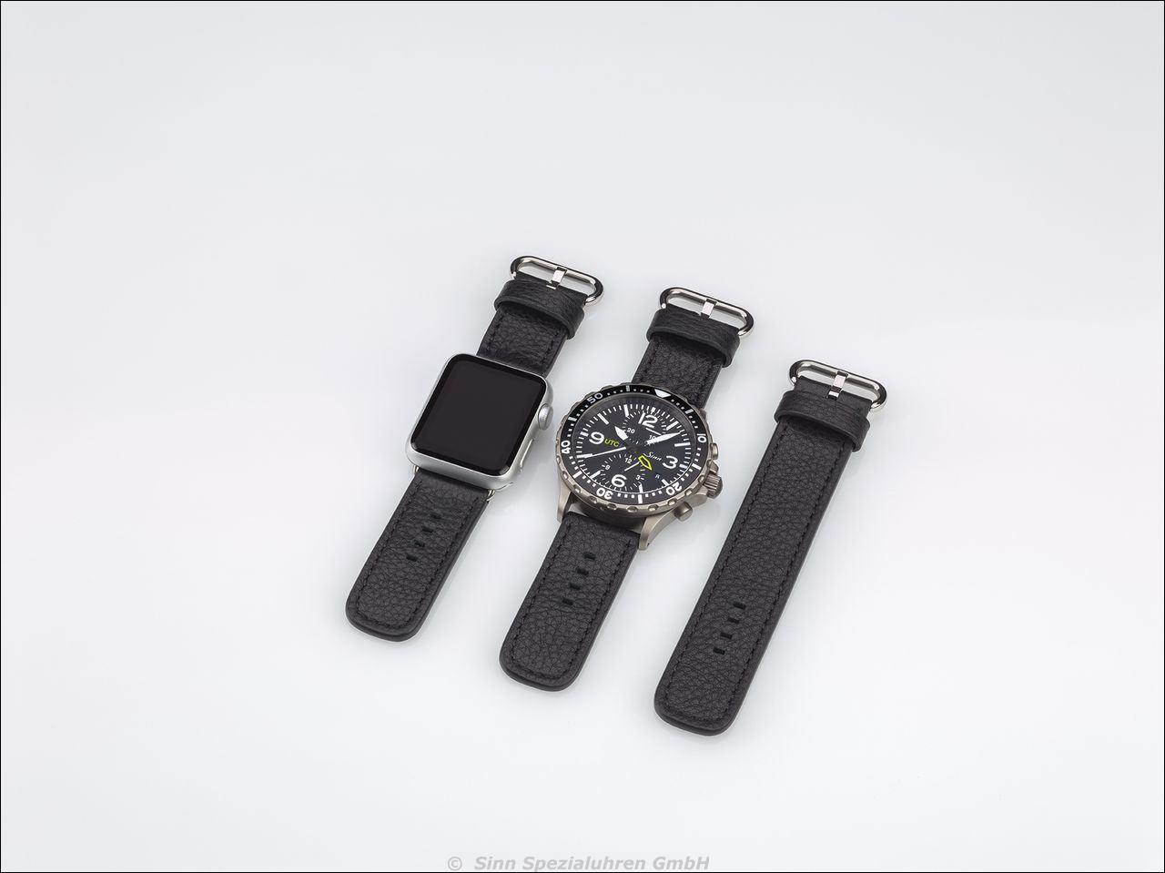 Im Bilddas komplette Set aus SINN Chronograph, Apple-Watch, sowie das Überbrückungsband