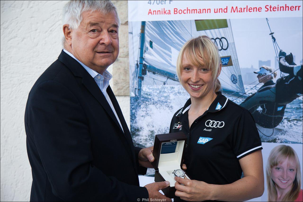 Hans-Jürgen Mühle übergibt Annika Bochmann die Uhr (Bildrechte Phil Schreyer)