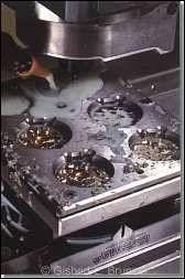 Platinen werden heute auf modernsten Präzisions-CNC-Maschinen gefräst